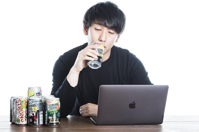 オンライン飲み会に参加した男性